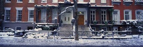 A vista panorâmica de casas históricas e Gramercy estacionam, Manhattan, New York City, New York após a tempestade de neve do inv imagem de stock royalty free