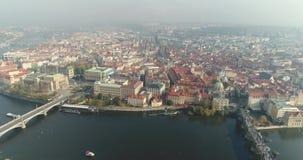 Vista panorâmica de cima no castelo de Praga, antena da cidade, vista de cima na arquitetura da cidade de Praga, voo filme