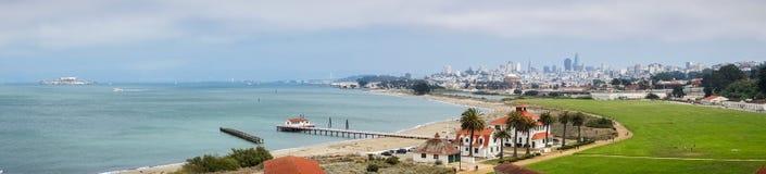 Vista panorâmica de Crissy Field e da linha costeira da baía imagens de stock royalty free
