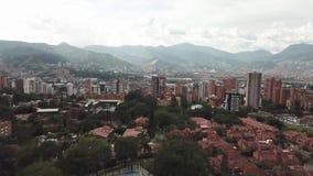 Vista panorâmica de duas tempestades do chuveiro que lavam MedellÃn, em Colômbia filme