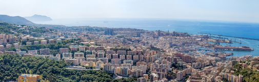Vista panorâmica de Genoa, Itália, o porto com a calçada, Itália imagens de stock royalty free