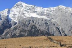 Vista panorâmica de Jade Dragon Snow Mountain em Yunnan, em China e em turistas andando no trajeto Fotografia de Stock
