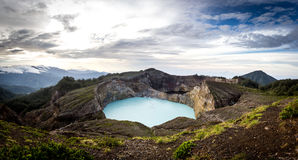 Vista panorâmica de lagos da cratera de Kelimutu na paridade do nacional de Kelimutu Imagem de Stock