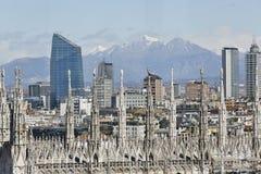 Vista panorâmica de Milão com a skyline nova da abóbada e Imagens de Stock