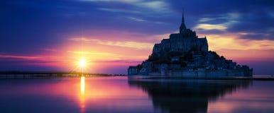 Vista panorâmica de Mont-Saint-Michel no por do sol imagem de stock