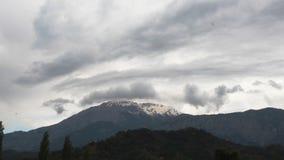 Vista panorâmica de montanhas da neve antes da tempestade video estoque