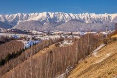 Vista panorâmica de montanhas de Piatra Craiului, vista de Pestera, a Transilvânia, Romênia imagens de stock