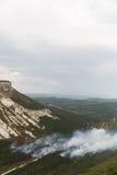 Vista panorâmica de montanhas rochosas e de florestas selvagens Fotografia de Stock