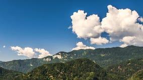Vista panorâmica de montanhas verdes surpreendentes e de nuvens macias no verão, timelapse filme