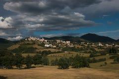 Vista panorâmica de Monteleone di Spoleto em Úmbria Fotografia de Stock Royalty Free
