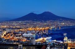 Vista panorâmica de Nápoles e de Vesúvio na noite, Itália Fotos de Stock Royalty Free