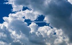 Vista panorâmica de nuvens brancas pitorescas brilhantes no fundo do céu azul Fotos de Stock Royalty Free