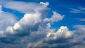Vista panorâmica de nuvens brancas pitorescas brilhantes no fundo do céu azul foto de stock royalty free
