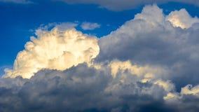 Vista panorâmica de nuvens brancas pitorescas brilhantes no fundo do céu azul imagem de stock