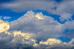 Vista panorâmica de nuvens brancas pitorescas brilhantes no fundo do céu azul fotos de stock