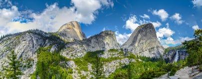Vista panorâmica de partes superiores da montanha e de queda da água Imagens de Stock Royalty Free