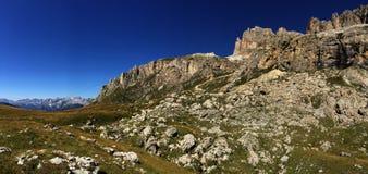 Vista panorâmica de passagem/sella/para o sul de Tirol da estrada da formação de rocha do moutain da dolomite/montanha de Pordoi Imagem de Stock