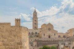 Vista panorâmica de pedras típicas Sassi di Matera e de igreja de M Imagens de Stock Royalty Free