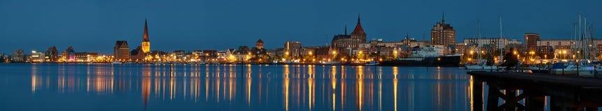Vista panorâmica de Rostock na noite Foto de Stock Royalty Free