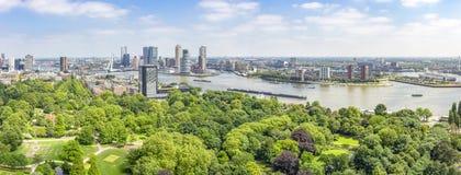 Vista panorâmica de Rotterdam com o rio Mosa e a ponte do Erasmus, o parque no Euromast, as construções no termo do cruzeiro fotos de stock royalty free