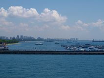 Vista panorâmica de Singapura do navio de cruzeiros Singapura imagens de stock royalty free