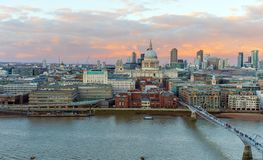 Vista panorâmica de St Paul Cathedral e de ponte no por do sol, Londres do milênio, Reino Unido imagens de stock