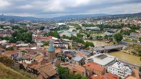Vista panorâmica de Tbilisi, Geórgia: Cidade velha de Tbilisi e do Rio Kura com as pontes da fortaleza antiga de Narikala imagens de stock