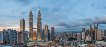 Vista panorâmica de torres gêmeas de Petronas, Kuala Lumpur antes do azul imagem de stock