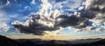 A vista panorâmica de um mexicano torturou o céu antes do por do sol perto de Queretaro, México fotografia de stock