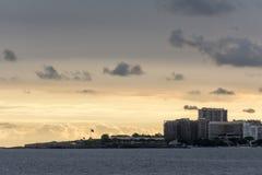 Vista panorâmica de uma extremidade da praia de Copacabana, com um forte famoso velho, em Rio de janeiro, Brasil foto de stock