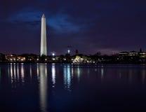 Vista panorâmica de Washington Monument iluminado imagens de stock royalty free