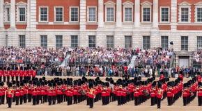 A vista panor?mica do agrupamento a parada militar da cor em protetores de cavalo desfila, Londres Reino Unido, com os soldados d fotos de stock