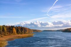 Vista panorâmica do ao rio Vuoksu em um dia ensolarado do outono imagens de stock royalty free