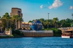 Vista panor?mica do arco de Universal Studios e da esfera do mundo em Citywalk na ?rea de Universal Studios imagem de stock royalty free