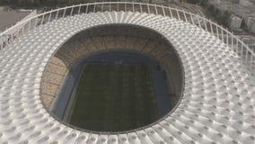 Vista panorâmica do assento do estádio, do campo e do espectador, aéreo filme