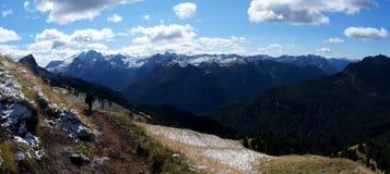 Vista panorâmica do cenário bonito da montanha da dolomite e de prados verdes em Tirol sul Fotografia de Stock Royalty Free