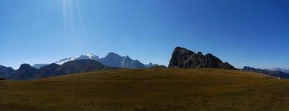 Vista panorâmica do cenário bonito da montanha da dolomite e do prado verde em Tirol sul Fotografia de Stock
