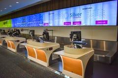 Vista panorâmica do contador das linhas aéreas de prata e do Spirit Airlines em Orlando International Airport foto de stock