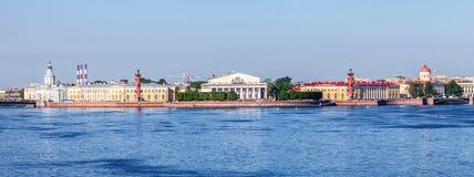Vista panorâmica do cuspe da ilha de Vasilyevsky, Saint-Petersbu Imagem de Stock Royalty Free