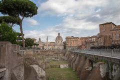 Vista panorâmica do fórum e da coluna de Trajan em Roma, longe a igreja imagens de stock