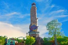Vista panorâmica do farol da ilha da aventura no céu azul nebuloso, em Citywalk Studi universal imagem de stock