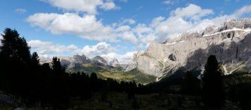 Vista panorâmica do grupo bonito da montanha da dolomite no grupo sul de Tirol/sassolungo/para o sul Tirol Imagens de Stock Royalty Free