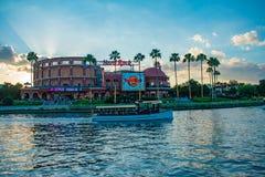 Vista panor?mica do Hard Rock Caf?, de palmeiras e de barco do t?xi em Citywalk na ?rea de Universal Studios imagens de stock royalty free