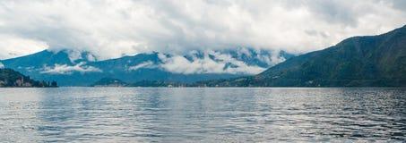 Vista panorâmica do lago Como e de montanhas circunvizinhas fotografia de stock