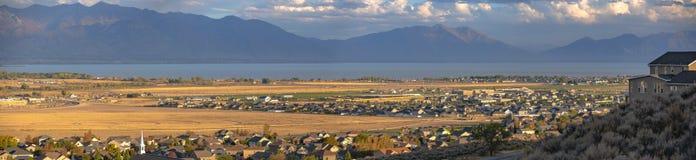 Vista panorâmica do lago e da montanha das casas em Utá fotografia de stock royalty free