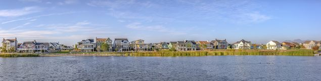 Vista panorâmica do lago Oquirrh com casas e céu imagens de stock