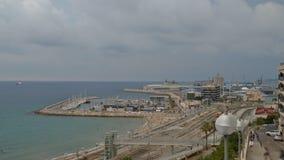Vista panorâmica do lapso de tempo da costa de Tarragona, praia no La Pineda com as trilhas railway ao longo do litoral e no port filme