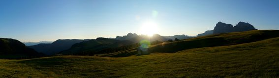 Vista panorâmica do nascer do sol bonito no cume nas montanhas Imagens de Stock Royalty Free