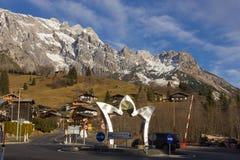 A vista panorâmica do país das maravilhas idílico do inverno com montanha cobre i Foto de Stock