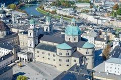 Vista panorâmica do palácio antigo com a abóbada azul em Salzburg Áustria fotografia de stock royalty free